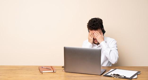 疲れと病気の表現を持つテレマーケティング担当者の男