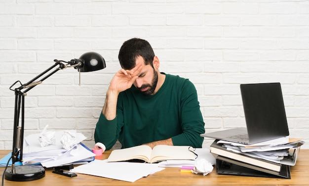 疲れと病気の表現を持つ学生男