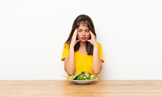 Кавказская девушка с салатом недовольны и разочарованы чем-то. негативное выражение лица