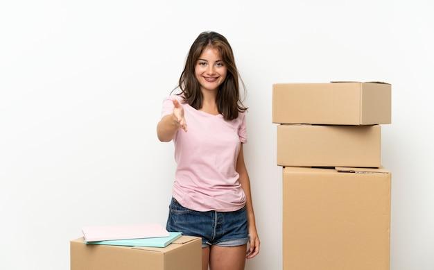 かなりの後のハンドシェイクボックス間で新しい家に移動する若い女の子