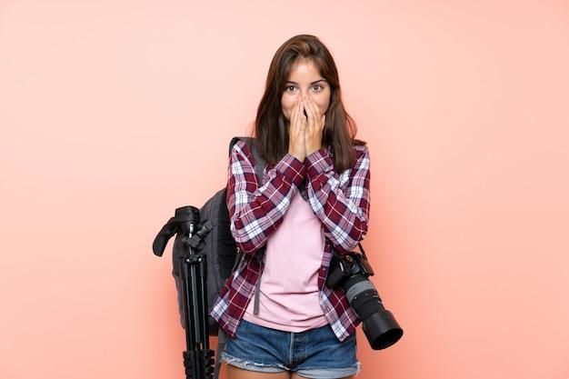若い写真家の女の子が驚きの表情でピンクの分離