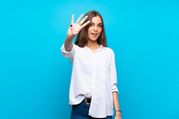 Молодая женщина счастлива и считать четыре с пальцами