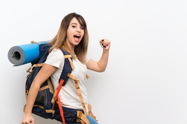 若い旅行者の女性が歩いて