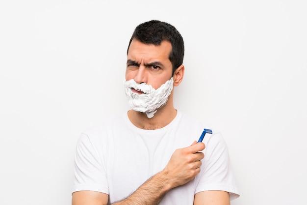 動揺して彼のひげを剃る男