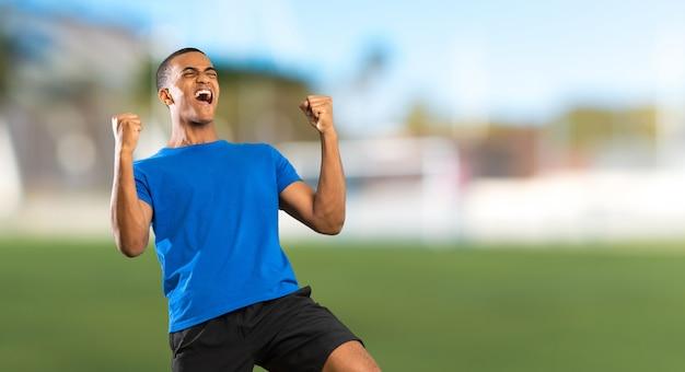 屋外でのアフリカ系アメリカ人のフットボール選手の男