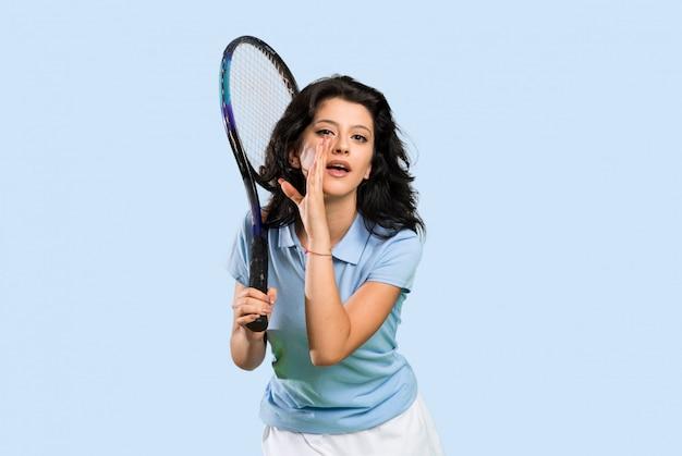 何かをささやく若いテニスプレーヤー女性