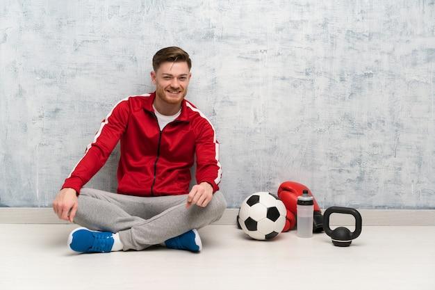 笑っている赤毛のスポーツ男