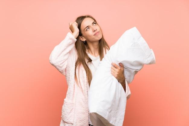 ドレッシングガウンの疑問を持つと混乱の表情を持つ若い女性