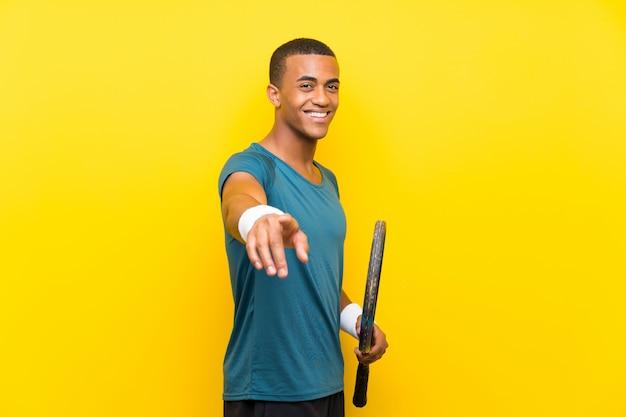 アフリカ系アメリカ人のテニスプレーヤーの男は自信を持って表情であなたを指差します