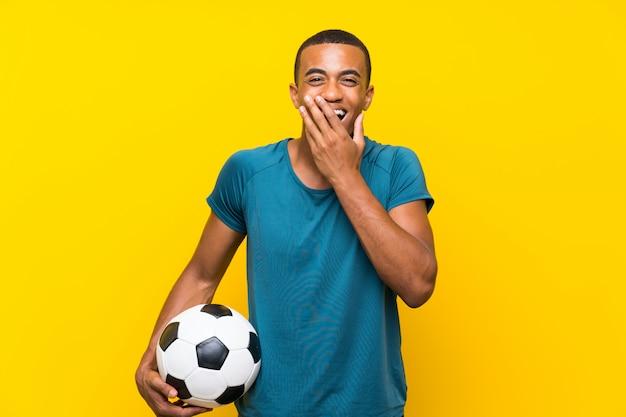 驚きの表情を持つアフリカ系アメリカ人のフットボール選手男