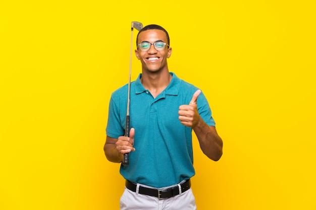 何か良いことが起こったため、親指を持つアフリカ系アメリカ人のゴルファープレーヤー男