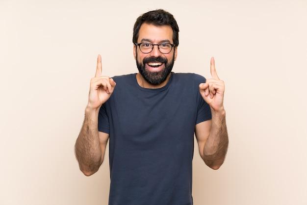 素晴らしいアイデアを指しているひげを持つ男