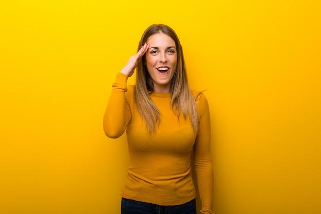 黄色の若い女性はちょうど何かを実現し、解決策を意図している