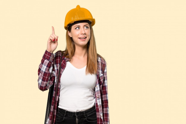 建築家の女性は何かを実現し、黄色の解決策を意図しています