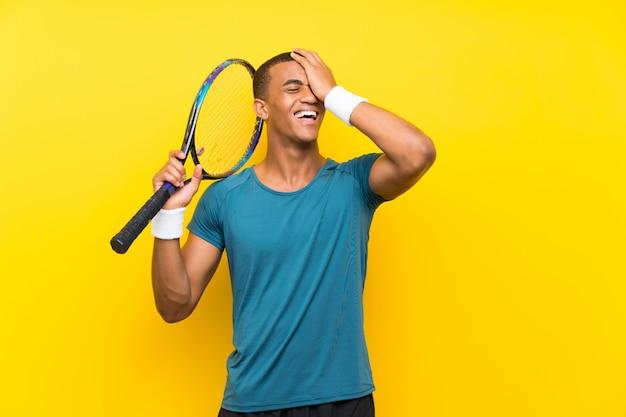 アフリカ系アメリカ人のテニスプレーヤーの男は何かを実現し、解決策を意図しています