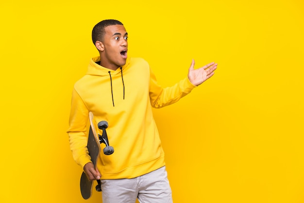 驚きの表情を持つアフリカ系アメリカ人のスケーター男