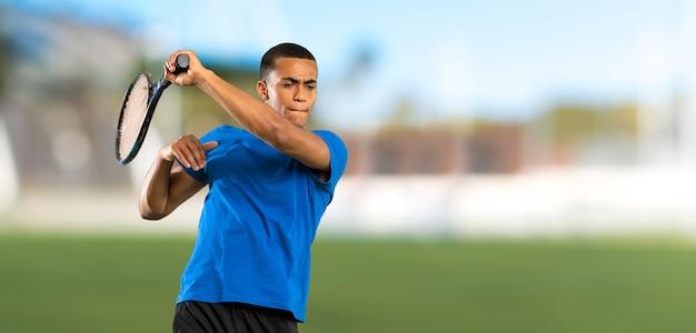 屋外でのアフリカ系アメリカ人のテニスプレーヤーの男