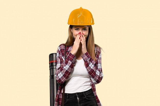 孤立した黄色の壁に多くの笑みを浮かべて建築家女性