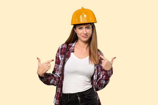 建築家女性の誇りと自己の孤立した黄色の壁に満足