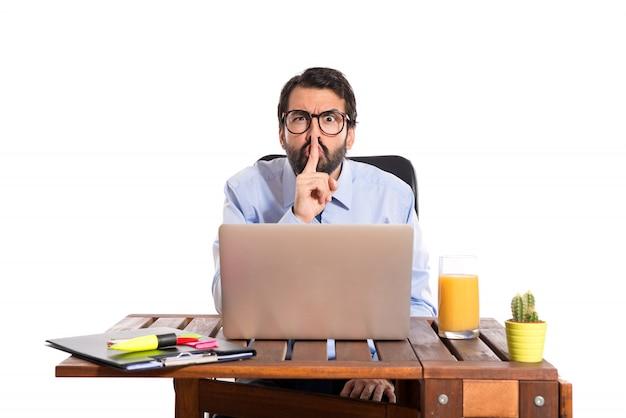 彼のオフィスのビジネスマンは静かなジェスチャーをしています