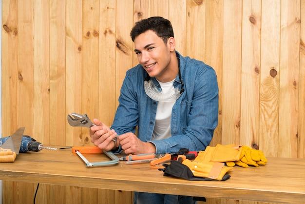 木製の壁の上の職人男