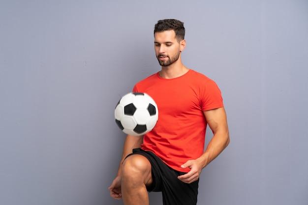 ハンサムな若いフットボール選手の男