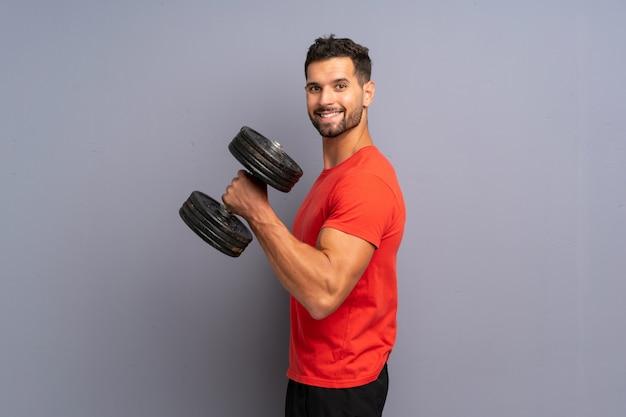 重量挙げを作る若いスポーツ男