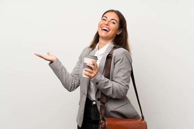 孤立した白い壁の上の若いビジネス女性
