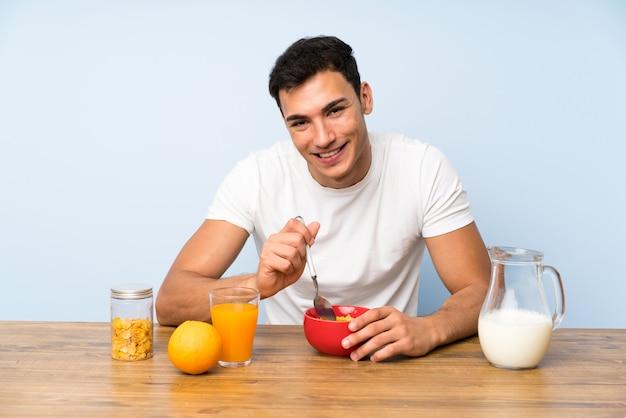 朝食を食べてハンサムな男