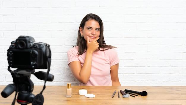 若い女の子のアイデアを考えてビデオチュートリアルを記録