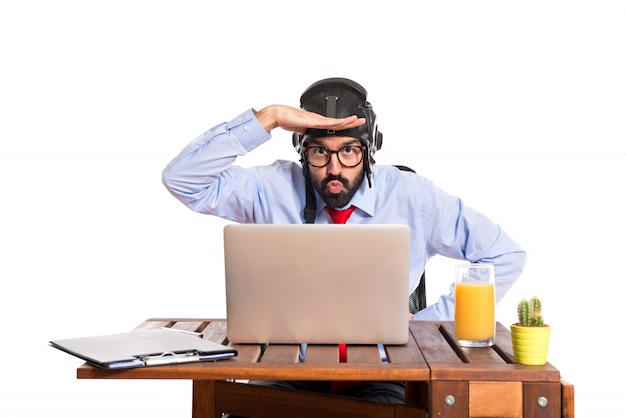 パイロット帽子を持つ彼のオフィスのビジネスマン