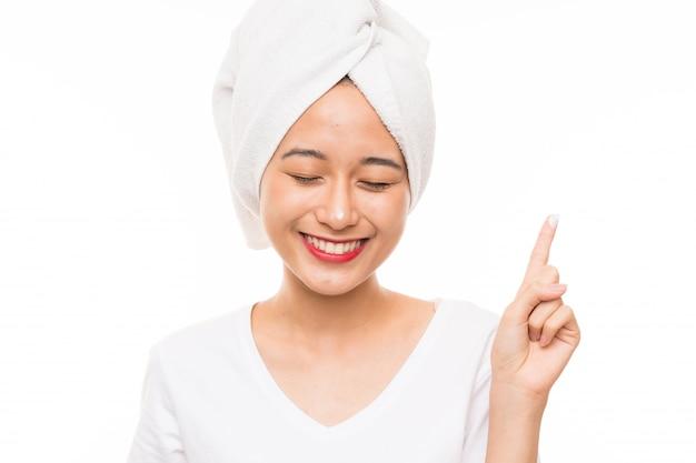 Азиатская молодая женщина более изолированных с увлажняющим