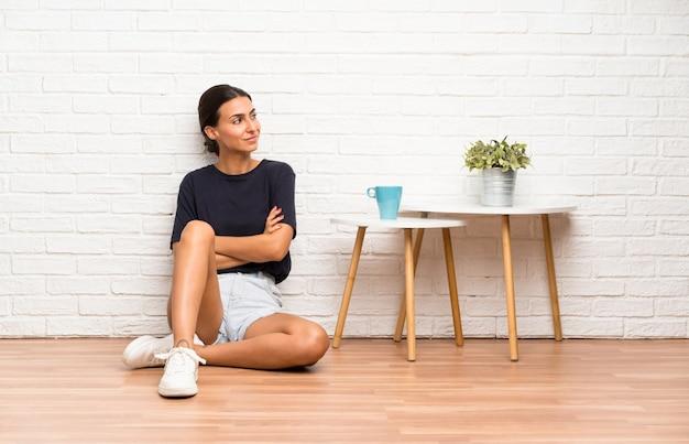 側にいる床に座っていた若い女性