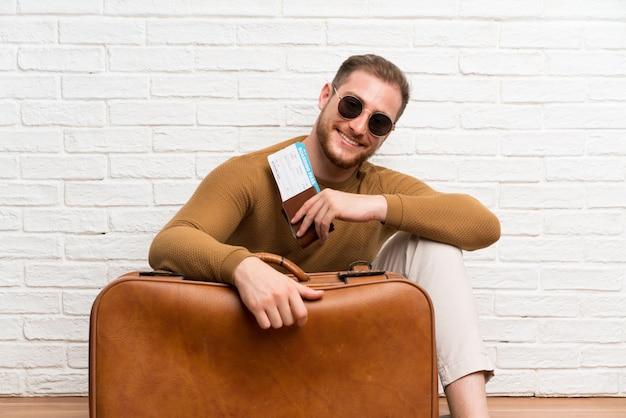 Человек путешественника с чемоданом и посадочным талоном