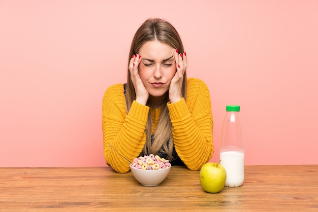 Молодая женщина с миской каши несчастливы и разочарованы чем-то, отрицательное выражение лица