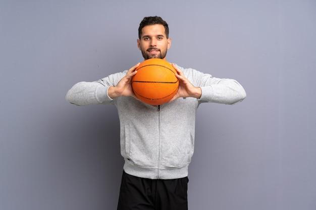 ハンサムな若いバスケットボール選手の男