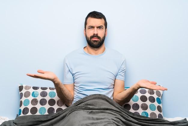 何かを理解していないために不幸なベッドの男