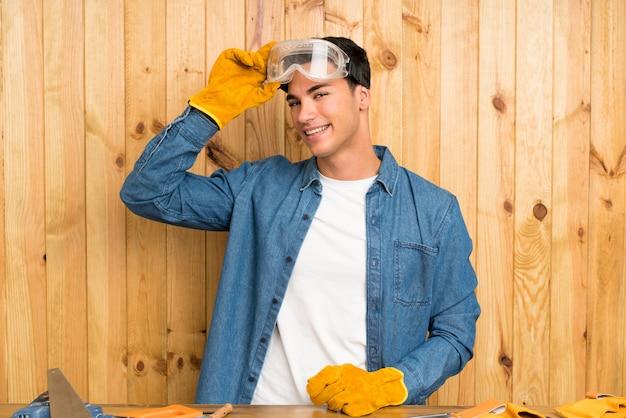 木材の背景上の職人男