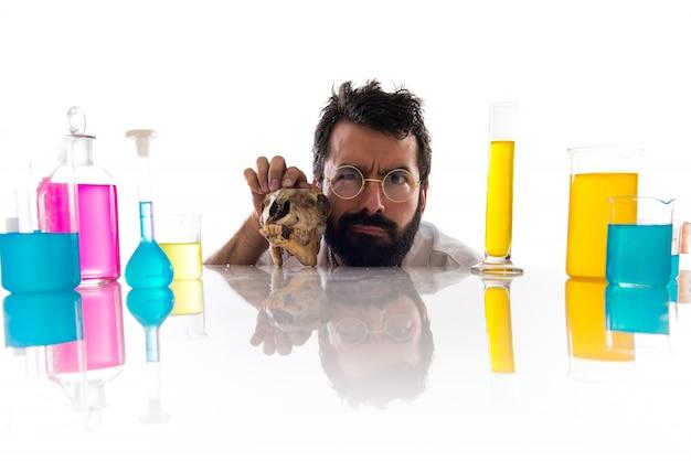 頭蓋骨を持つ狂った科学者の男