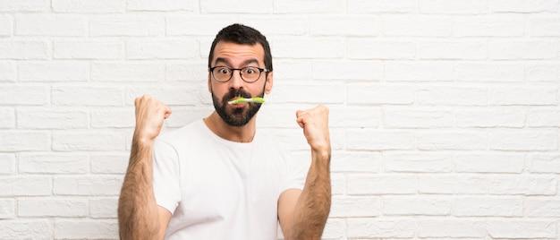 歯を磨くひげを持つ男