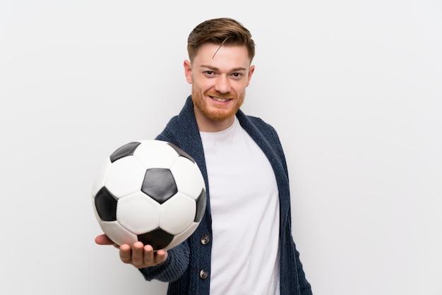 サッカーボールを保持している赤毛の男
