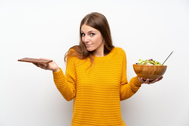 サラダと長い髪を持つ若い女性