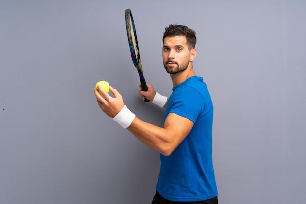 Красивый молодой теннисист