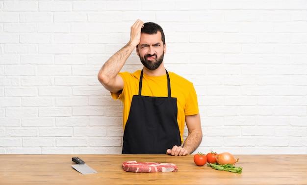 Шеф-повар держит в кухне с выражением разочарования и непонимания