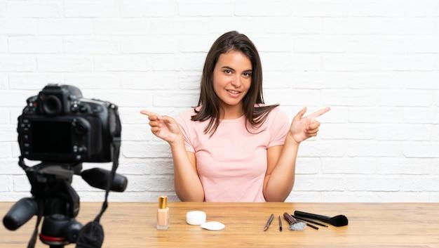 若い女の子が疑問を持っている側面を指しているビデオチュートリアルを記録