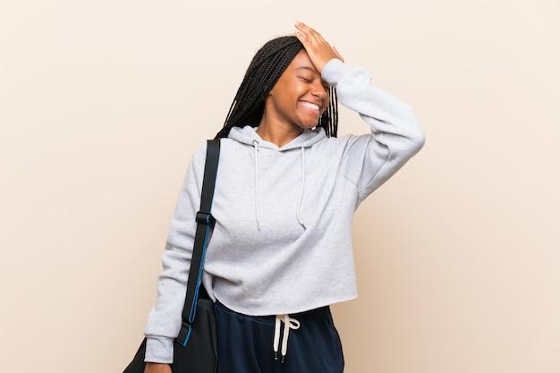 長い編み髪のアフリカ系アメリカ人のスポーツのティーンエイジャーの女の子は何かを実現し、解決策を意図しています