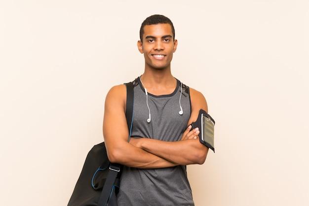 Спортивный человек над стеной много улыбается