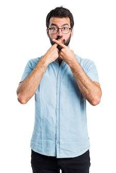 ハンサムな男は沈黙のジェスチャーをしている