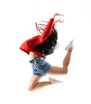 Молодой азиатский танцор над изолированной белой стеной