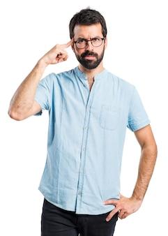 考えている眼鏡を持つハンサムな男